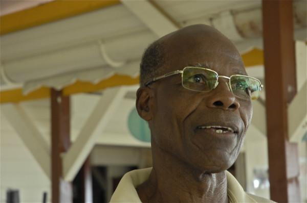 Léonce, cuistot d'An ba Rezen la, Deshaies, Guadeloupe