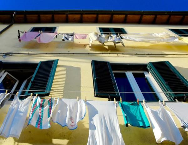 Linge aux fenêtres, Coreglia Anteminelli, Italie