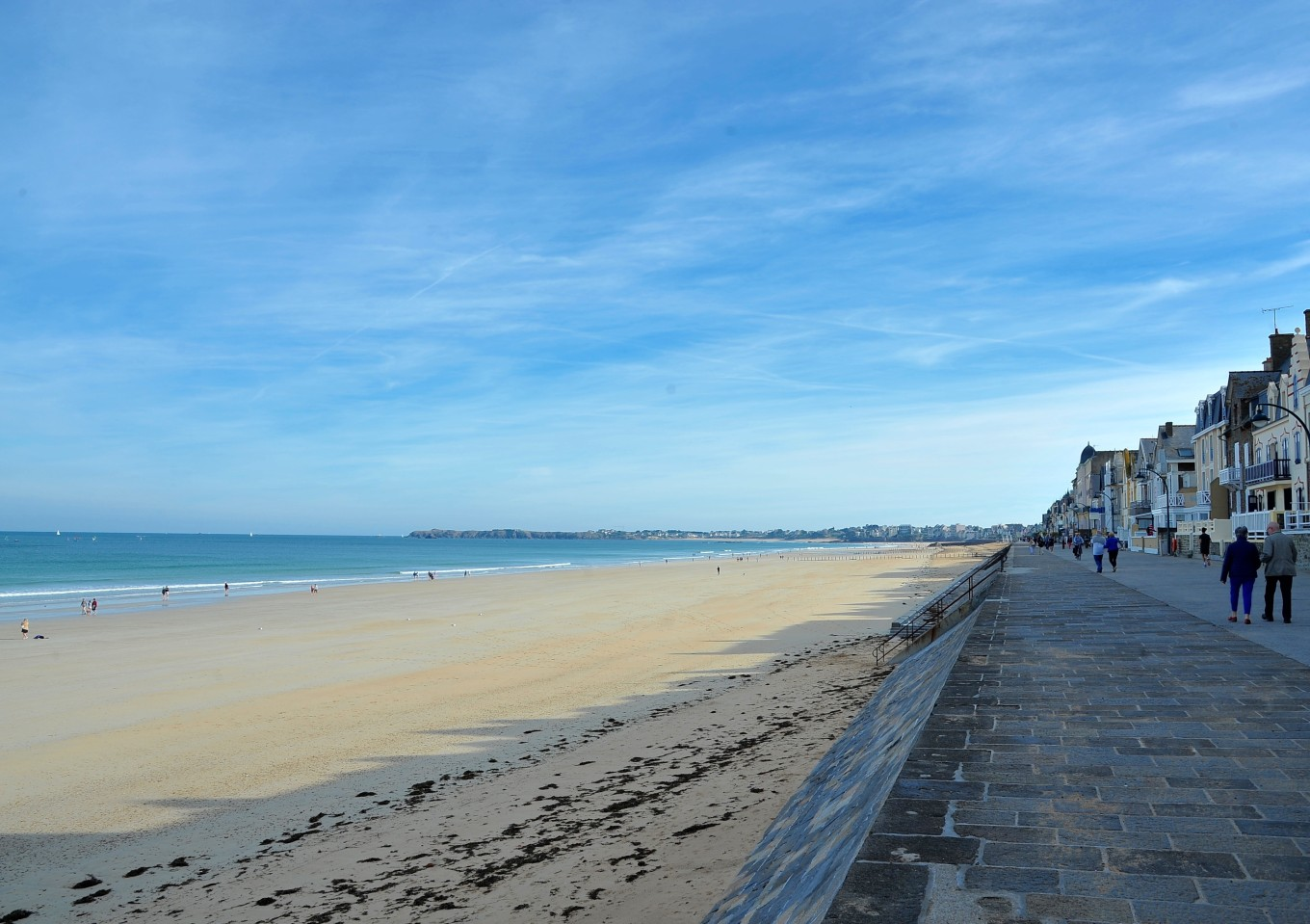 Le long de la plage de l'Eventail, Saint-Malo, France