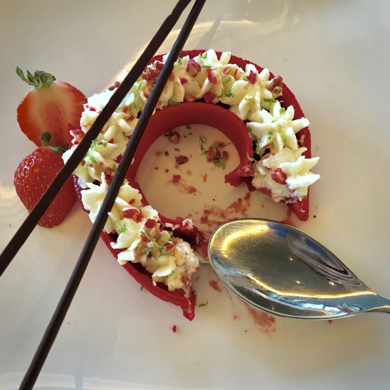 Fine couronne mousse de noix de coco et marmelade de fraises, assiette des 7 Mers