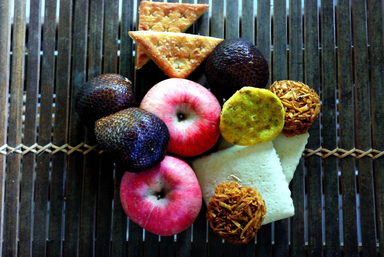 Des gateaux et quelques fruits du marché