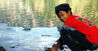Un gamin (mais porteur !) relâche sa pêche matinale