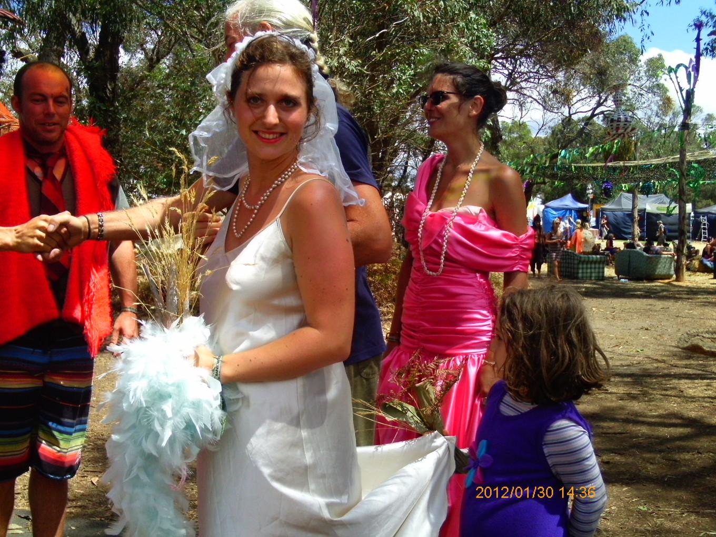 Mariage d'Eva au Rainbow Serpent Festival