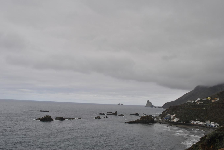 On longe la côte de la playa de Almaciga