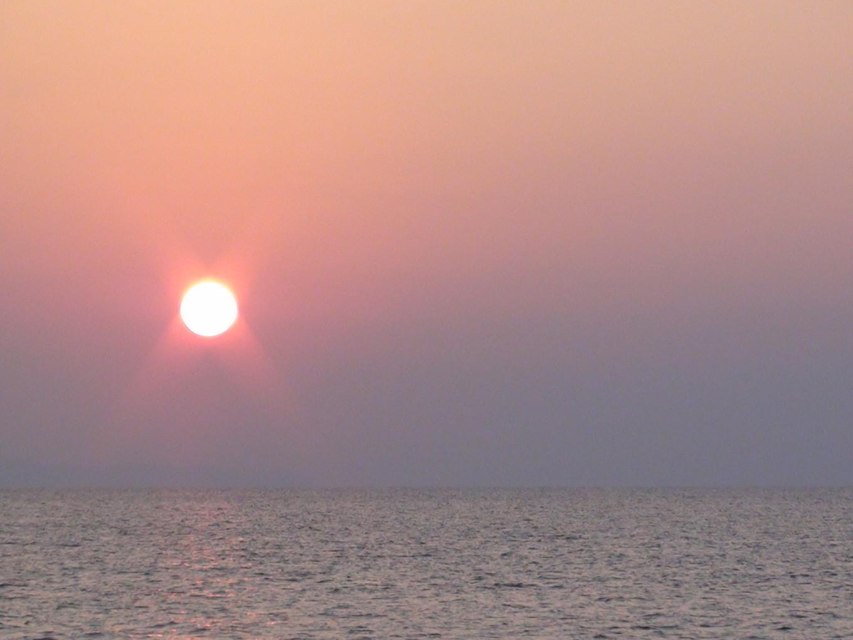 Lever de soleil au large des Komodo