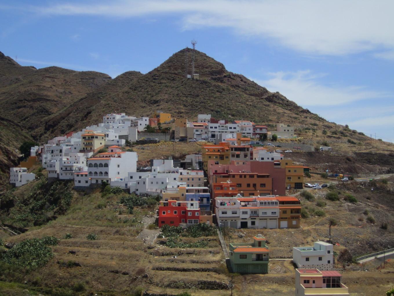Village accroché au flanc de la montagne