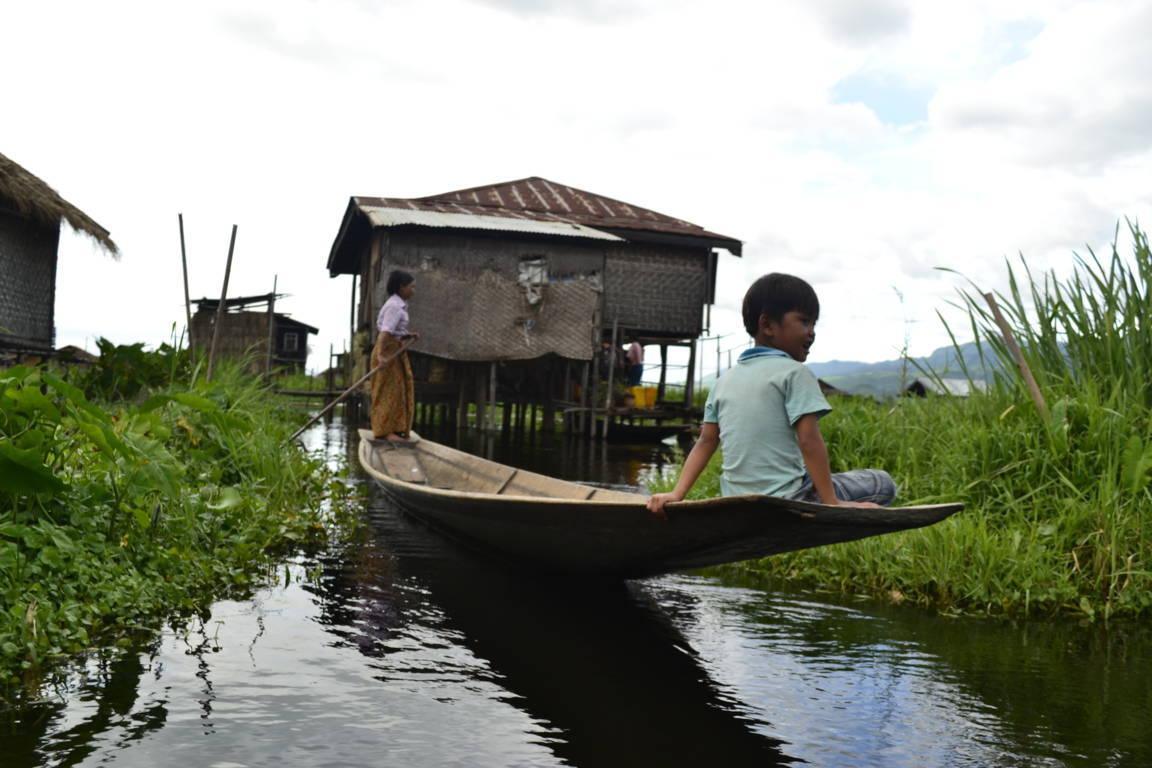 L'enfant et la barque - Birmanie