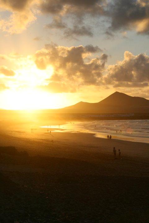 Coucher de soleil au delà mer et volcans à Lanzarote - Espagne