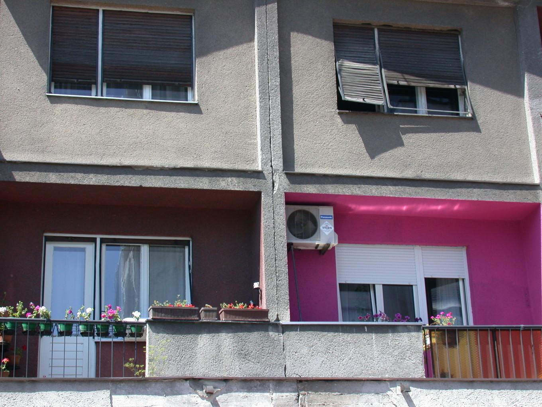Un immeuble gris. Au centre, une fois. Belgrade - Serbie