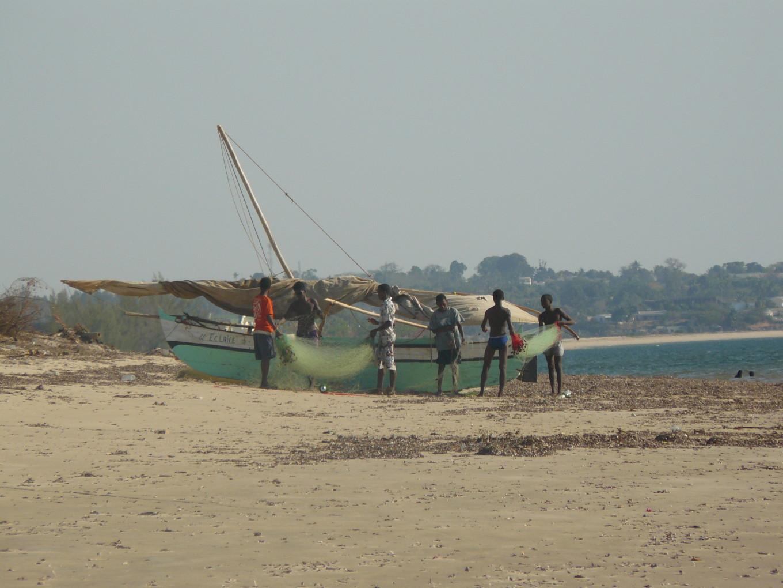 Pirogue sur la plage, Amborovy - Madagascar