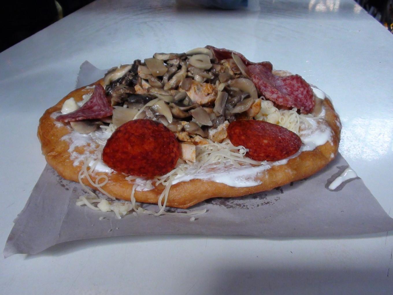 Beignet de maïs et garniture de pizza, Budapest