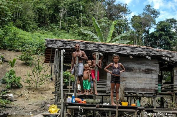 Famille riveraine du rio Pracupi, Para, Brésil