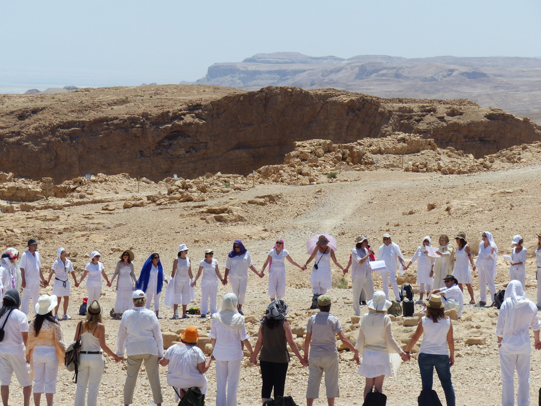 Sur les vestiges de la forteresse de Massada, dans le désert de Judée, Israël