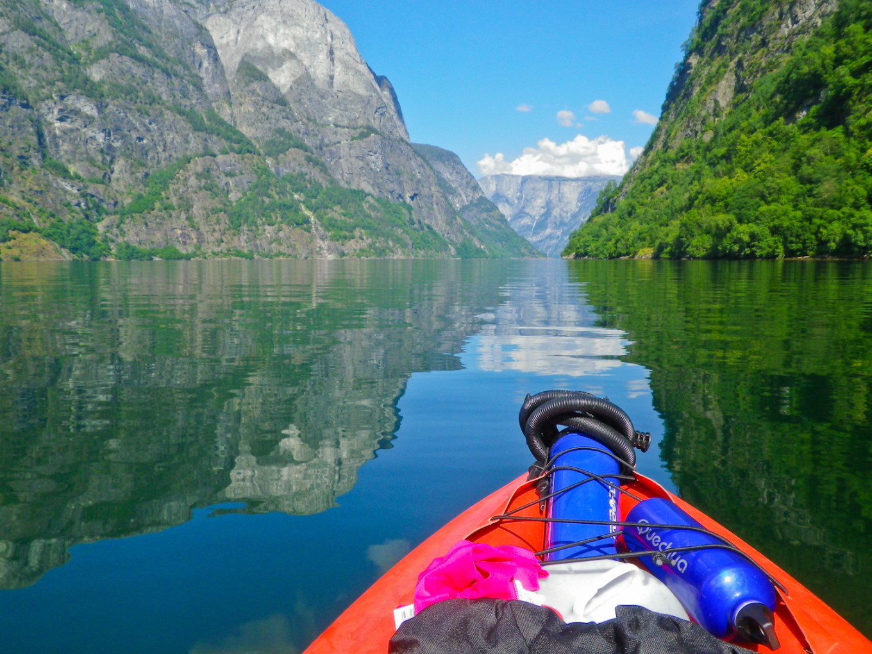 Naviguer sur le  Nærøyfjord, classé au patrimoine mondial de l'Unesco, Norvège