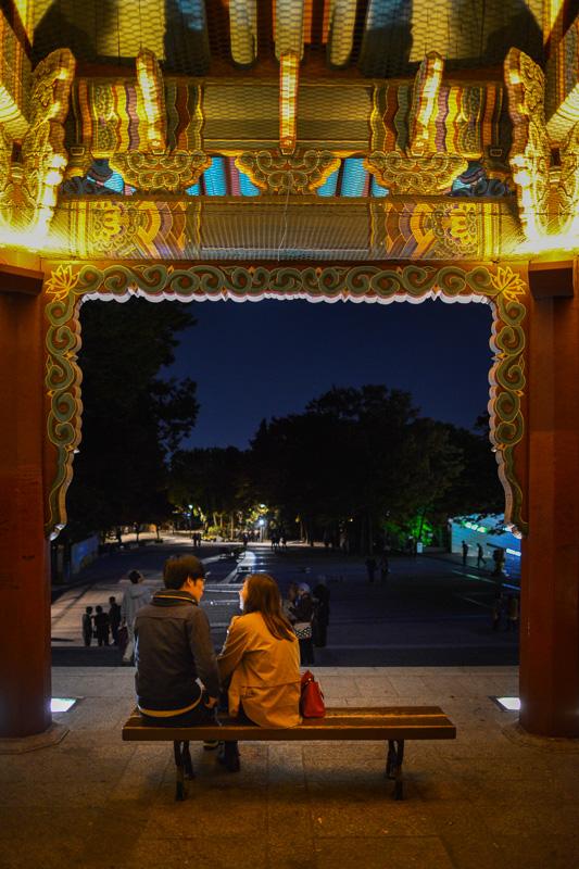 Amoureux sous un porche au pied de la Namsam Tower, Séoul, Corée du Sud
