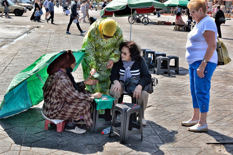 Femmes sur la place Jemma El Fna, Marrakech, Maroc
