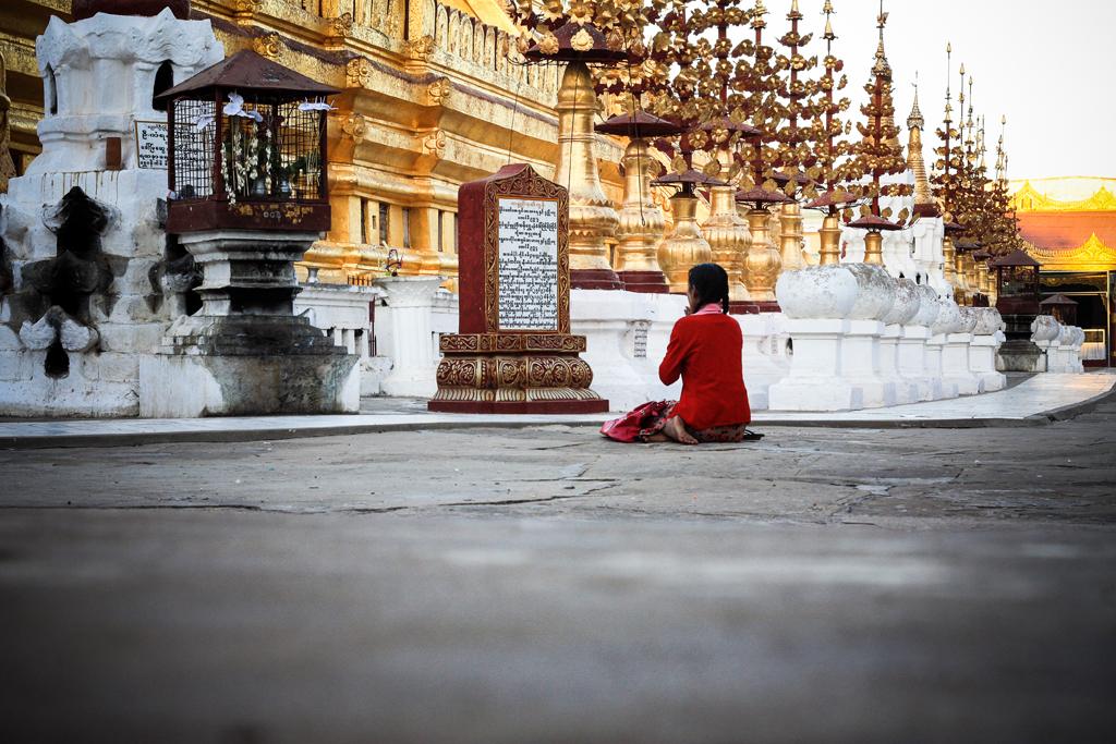 Prière, Bagan, Myanmar