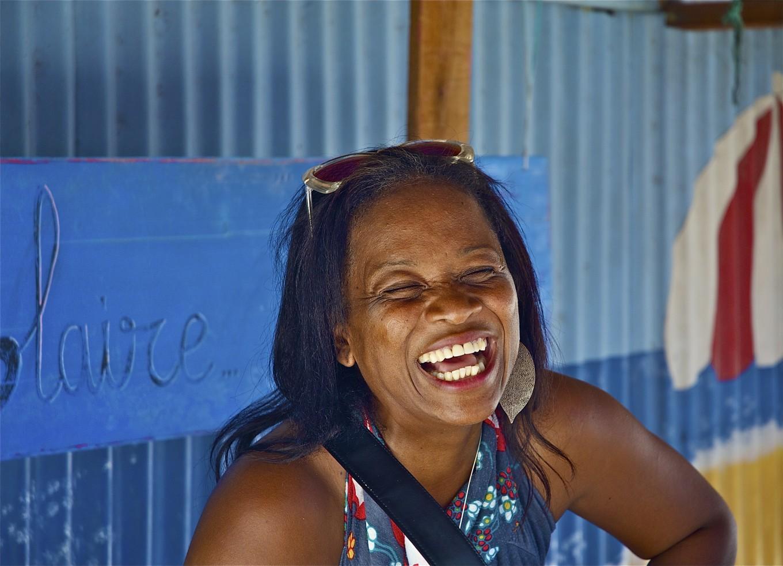 Claire, vendeuse de rhums au marché de Sainte-Anne