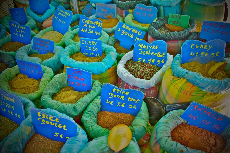 Etal d'épices, marché de Sainte-Anne, Guadeloupe