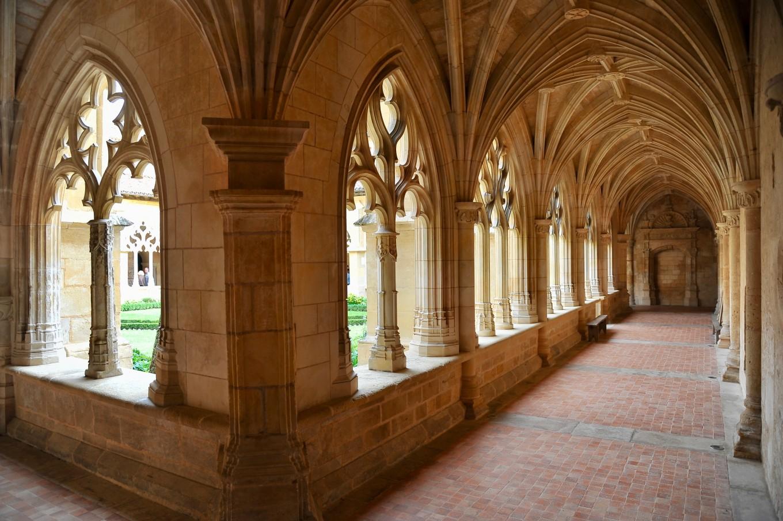 Sous les arches du cloître de Cadouin