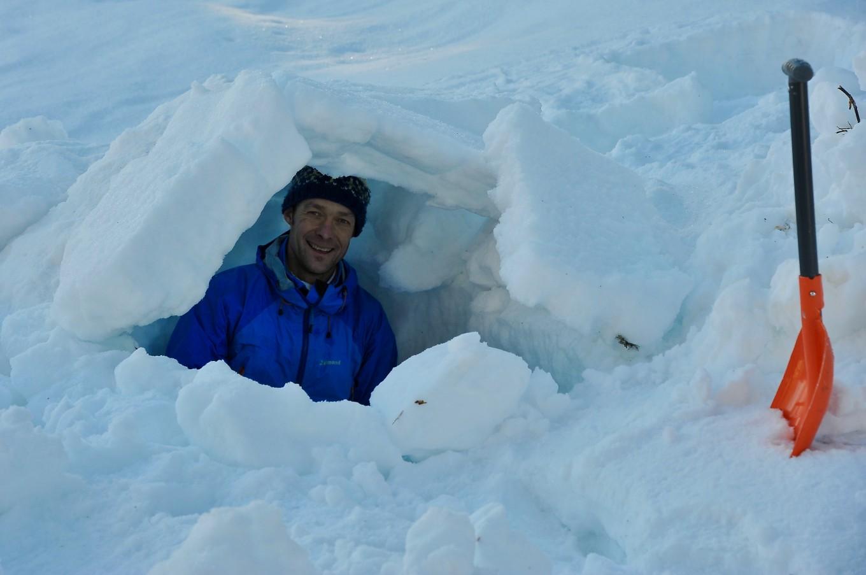 Construire un igloo, stage de survie avec Boris