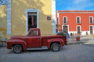 voiture-rouge-rue-mexicaine-valladolid-yucatan