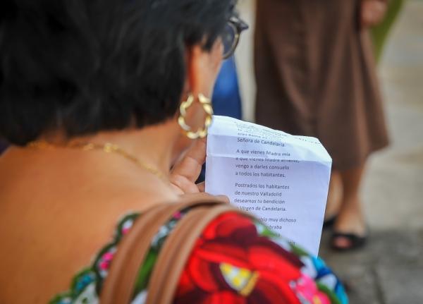 femme-chantant-chant-religieux-yucatan-mexique