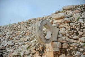 panneau-jeu-de-balle-maya-pyramide-uxmal