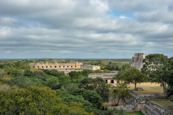 pyramide-uxmal-yucatan-vue-d-ensemble