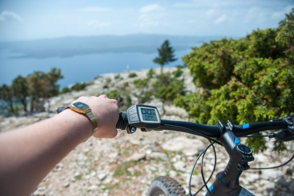Sur les hauteurs de Brac à vélo